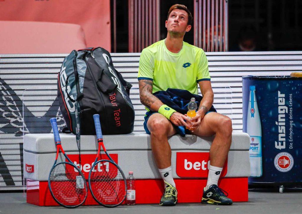 Wer schafft die Umstellung auf die Halle besser: Novak oder Simon?