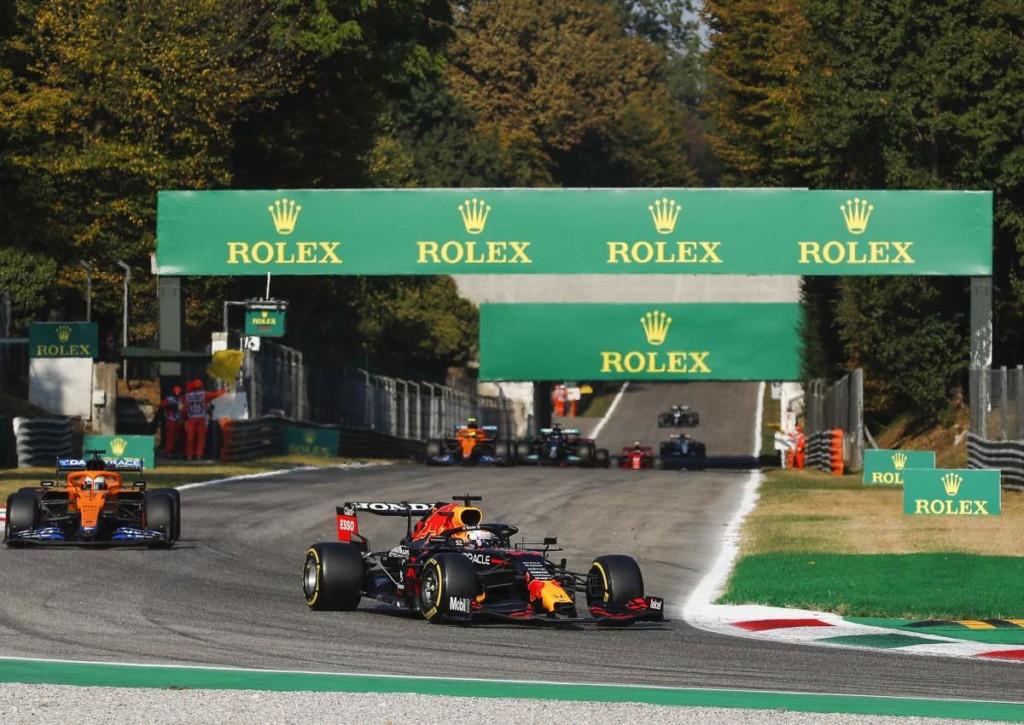 Kann Verstappen beim Großen Preis von Italien die Mercedes-Autos und Konkurrent Hamilton hinter sich halten?